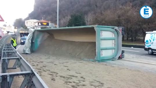 Camion si ribalta ai Tormini: sabbia sull'asfalto, traffico in tilt