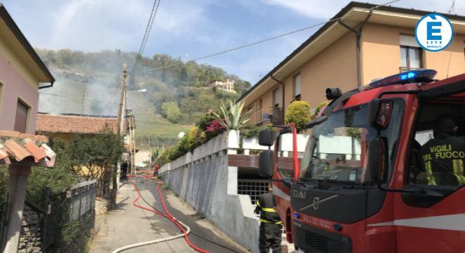 Rovato, in fiamme il tetto di una cascina: ricoverato un Vigile del fuoco