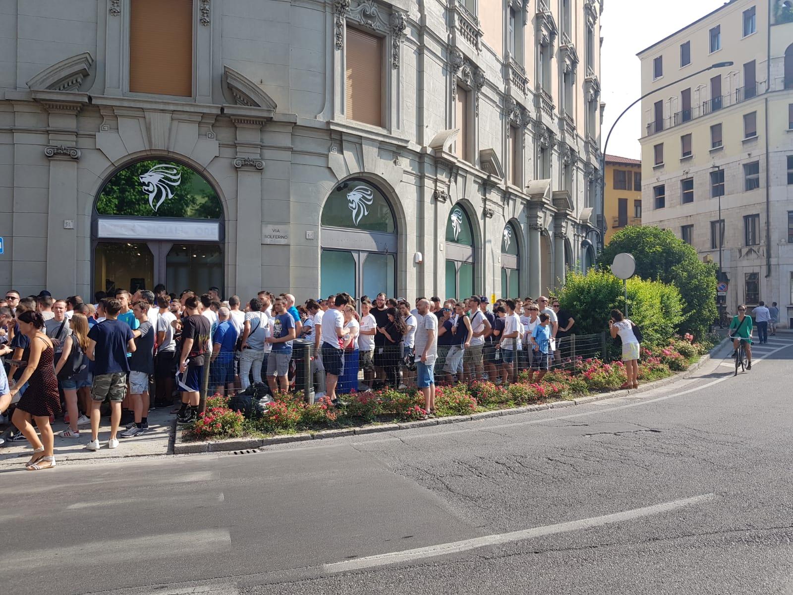 Brescia, febbre abbonamenti: rabbia e coda davanti al nuovo store
