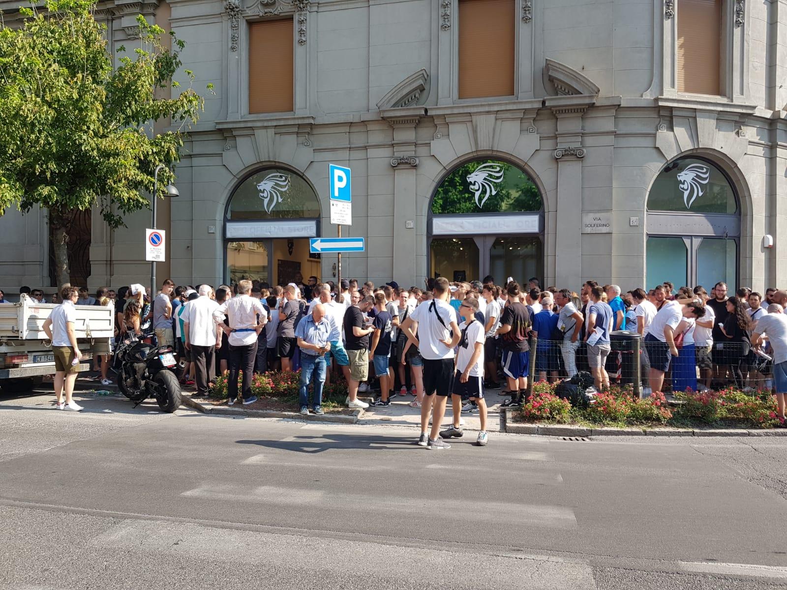 """Abbonamenti Brescia, la protesta dei tifosi in coda: """"E' una vergogna"""""""
