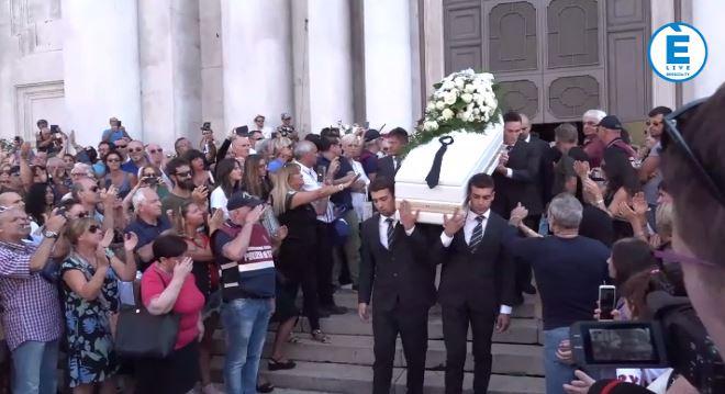 In centinaia in Piazza Duomo per l'ultimo saluto a Nadia Toffa