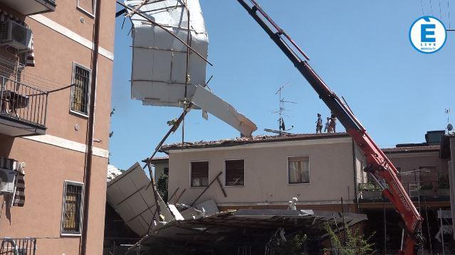 Lavori in corso a Villaggio Prealpino: rimosso il tetto della palazzina scoperchiata