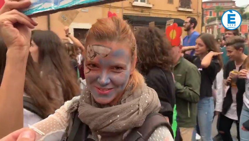 """""""Fridays for Future"""", anche a Brescia in migliaia a sostegno del clima"""
