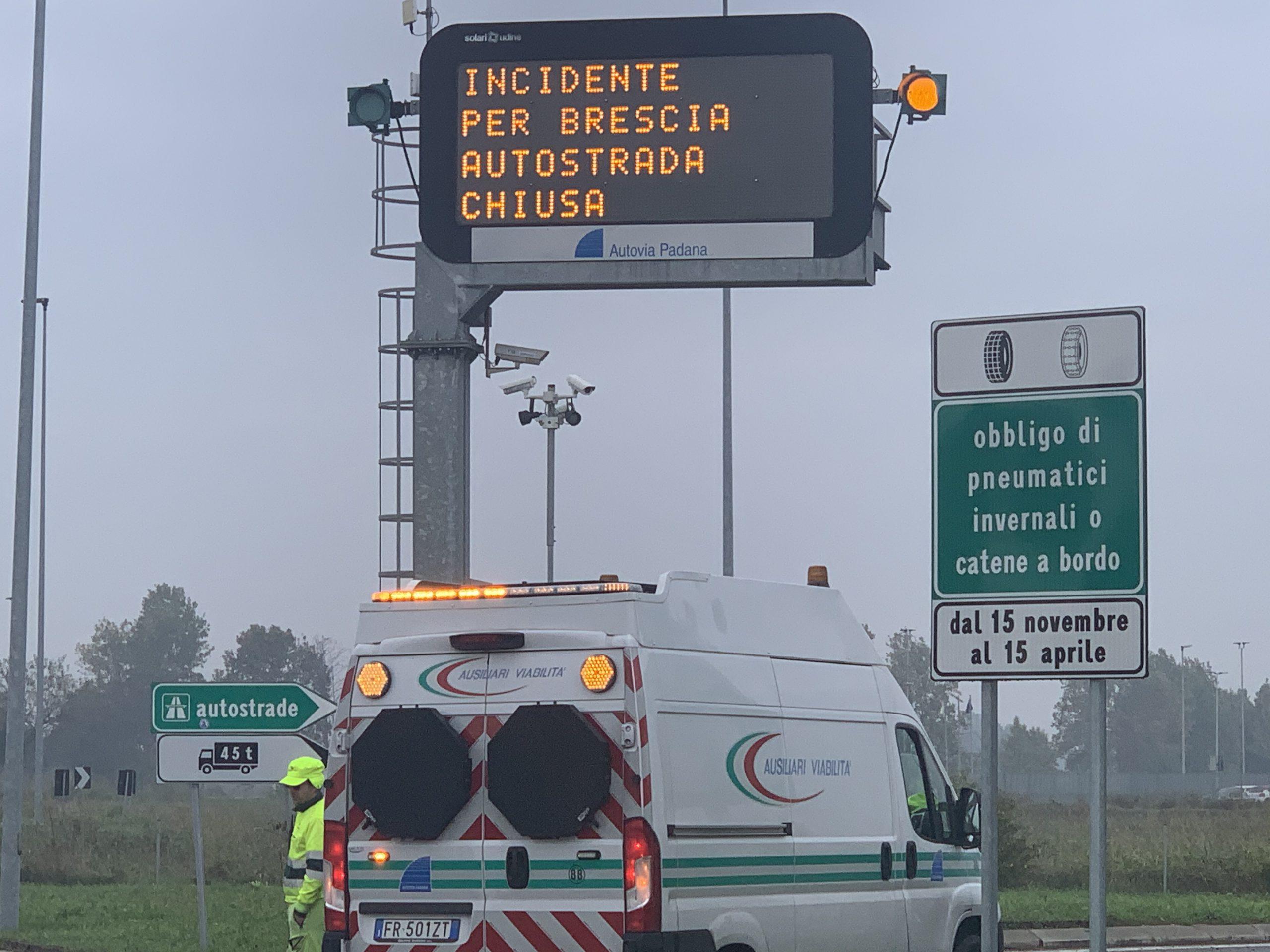Scontro tra due tir, A21 chiusa da Cremona a Manerbio, direzione Brescia