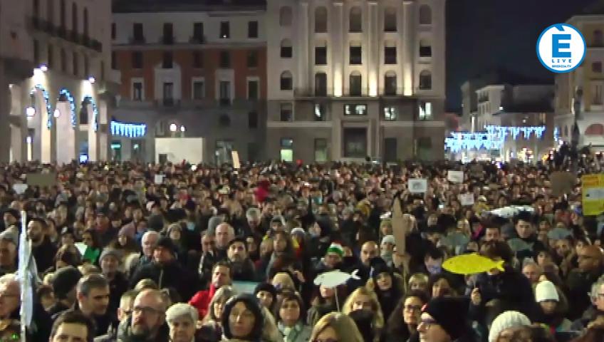 """Sardine bresciane, piazza Vittoria """"over booking""""al motto """"Brescia non si lega"""""""