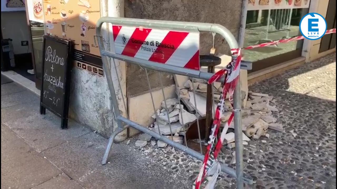 Piazza Loggia, crolla lastra di marmo che riveste un edificio, nessun ferito