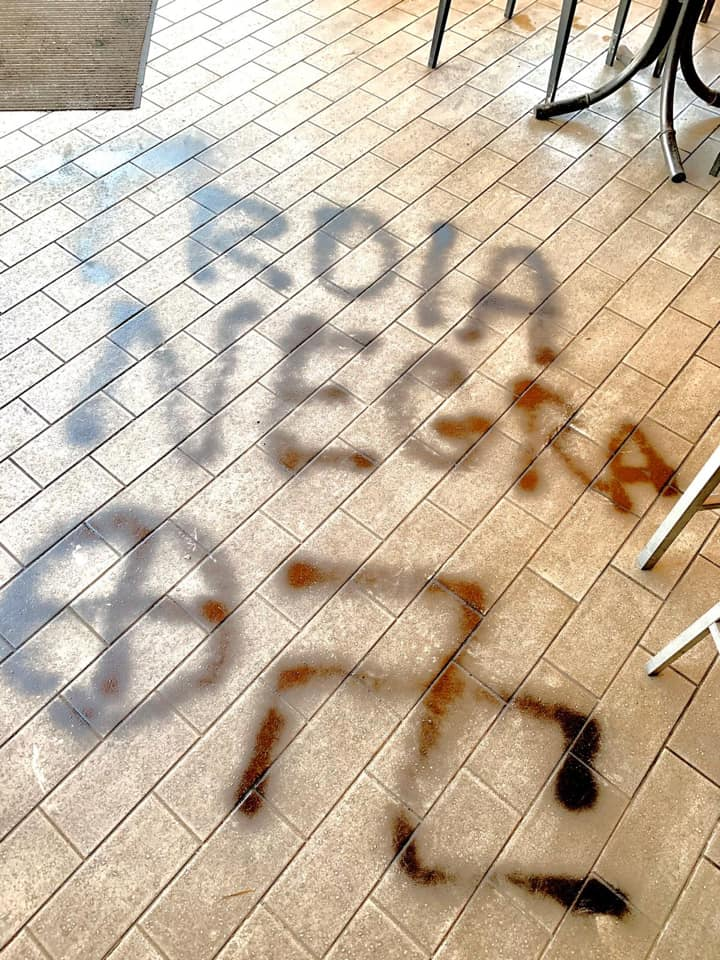 Rezzato, sfondano la vetrina del bar e le scrivono insulti razzisti