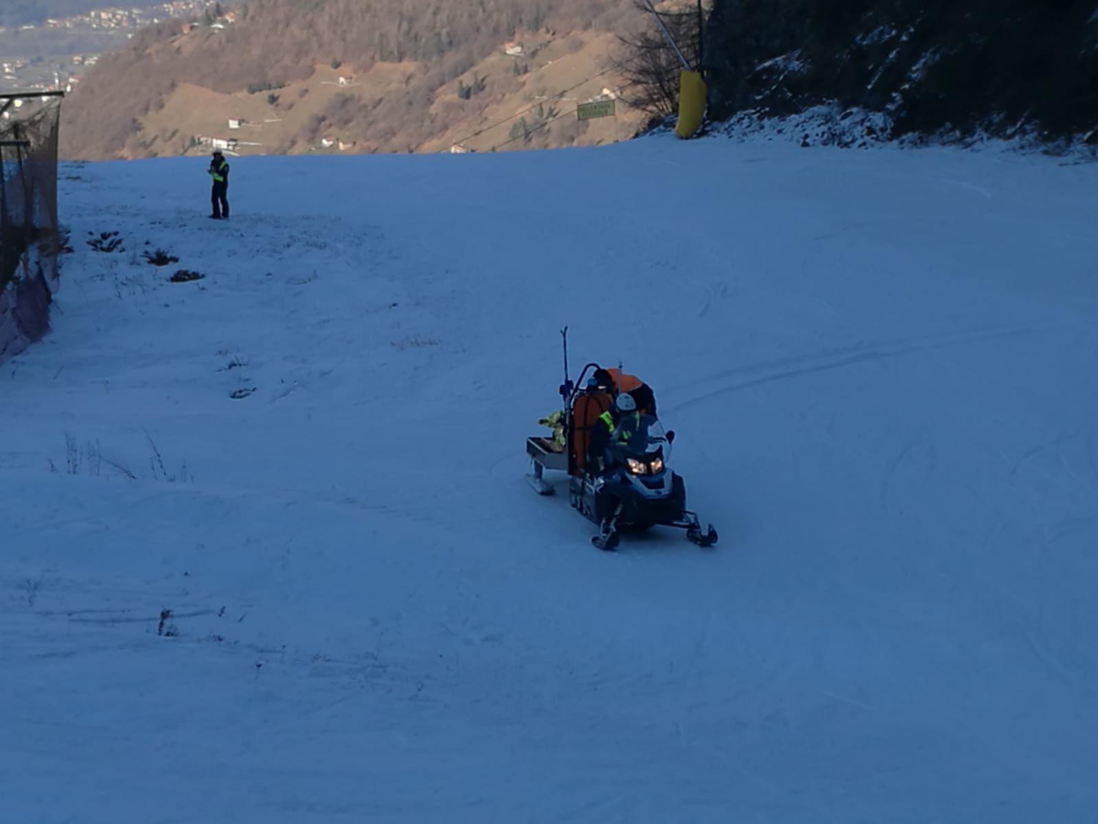 Montecampione, 17enne finisce fuori pista. Soccorsa dai poliziotti sugli sci