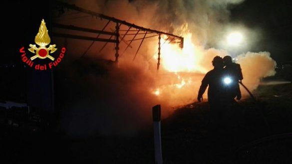 Incendio Tir in A4, le fiamme