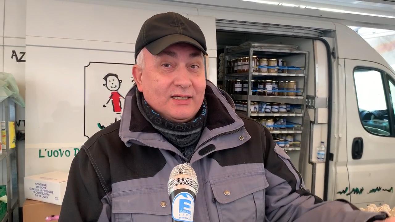 """Coronavirus e il Mercato del sabato a Brescia,  solo """"food"""" e poca gente"""