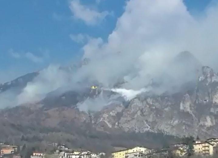 Incendio a Casto, l'intervento del canadair