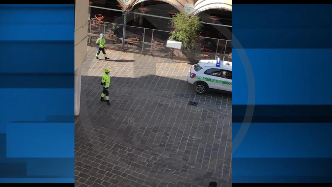 """Coronavirus, a Desenzano la Polizia Locale con altoparlante invita a """"stare a casa"""""""