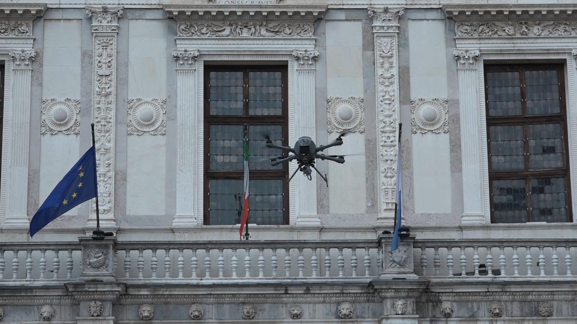Coronavirus, il drone dei Carabinieri di Brescia per pattugliare la città dall'alto