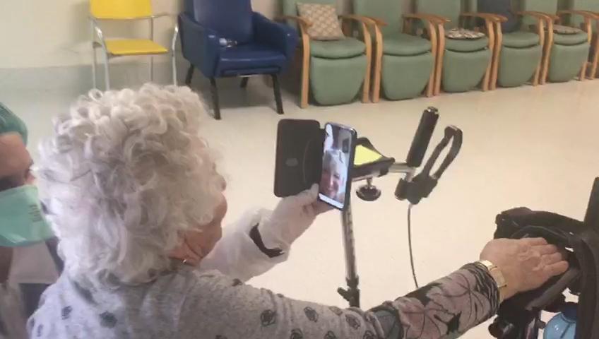 Coronavirus, alla RSA Paolo VI di Bagnolo Mella le videochiamate dei nonni ai familiari