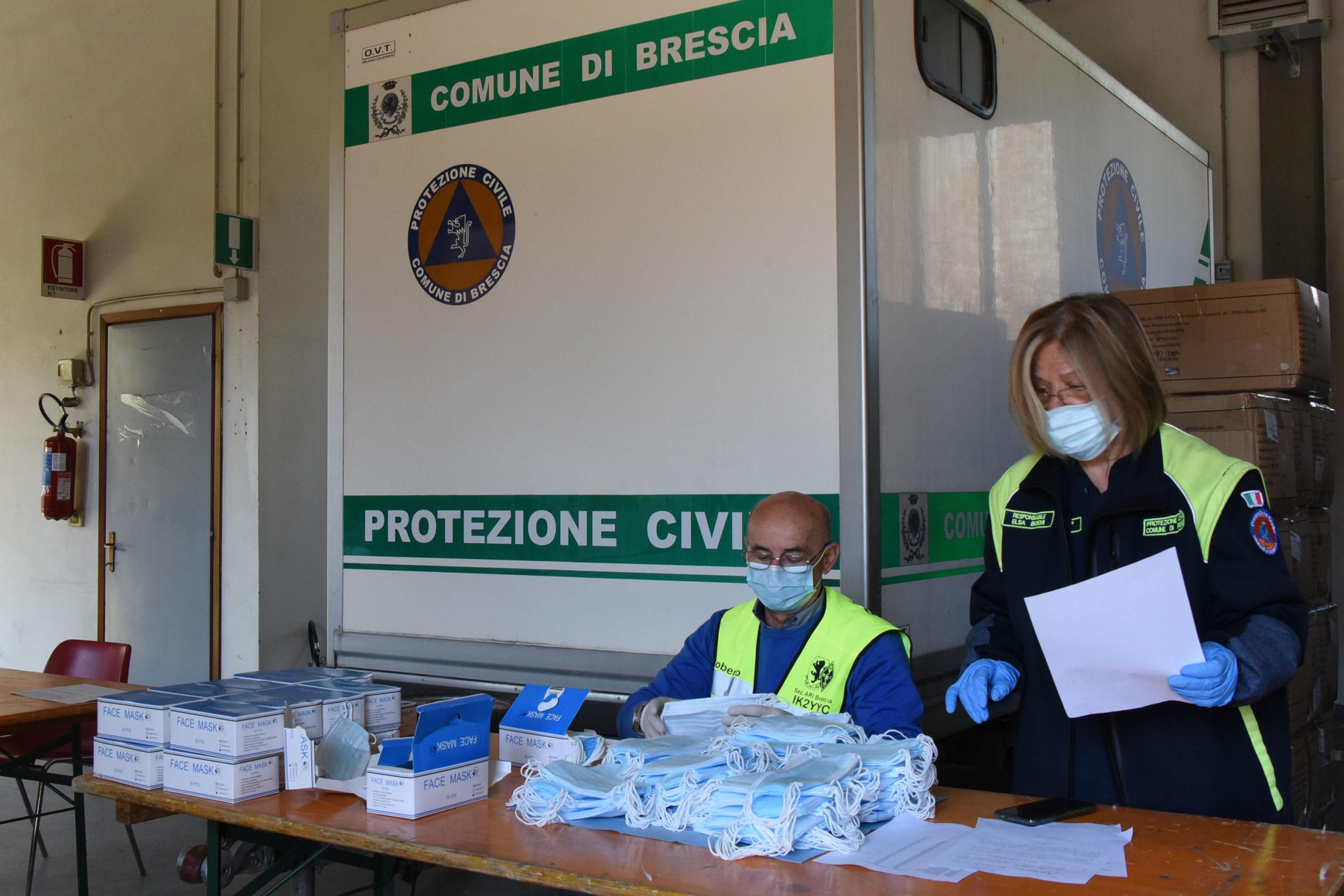 In consegna le mascherine a Brescia