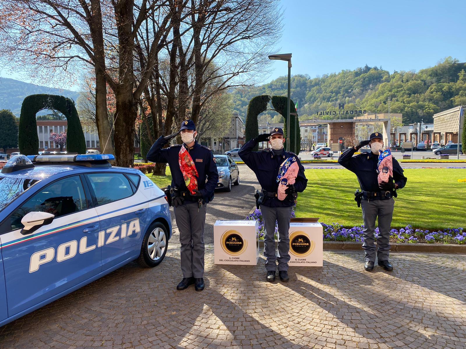 La Polizia dona uova di Pasqua ai bambini del Civile