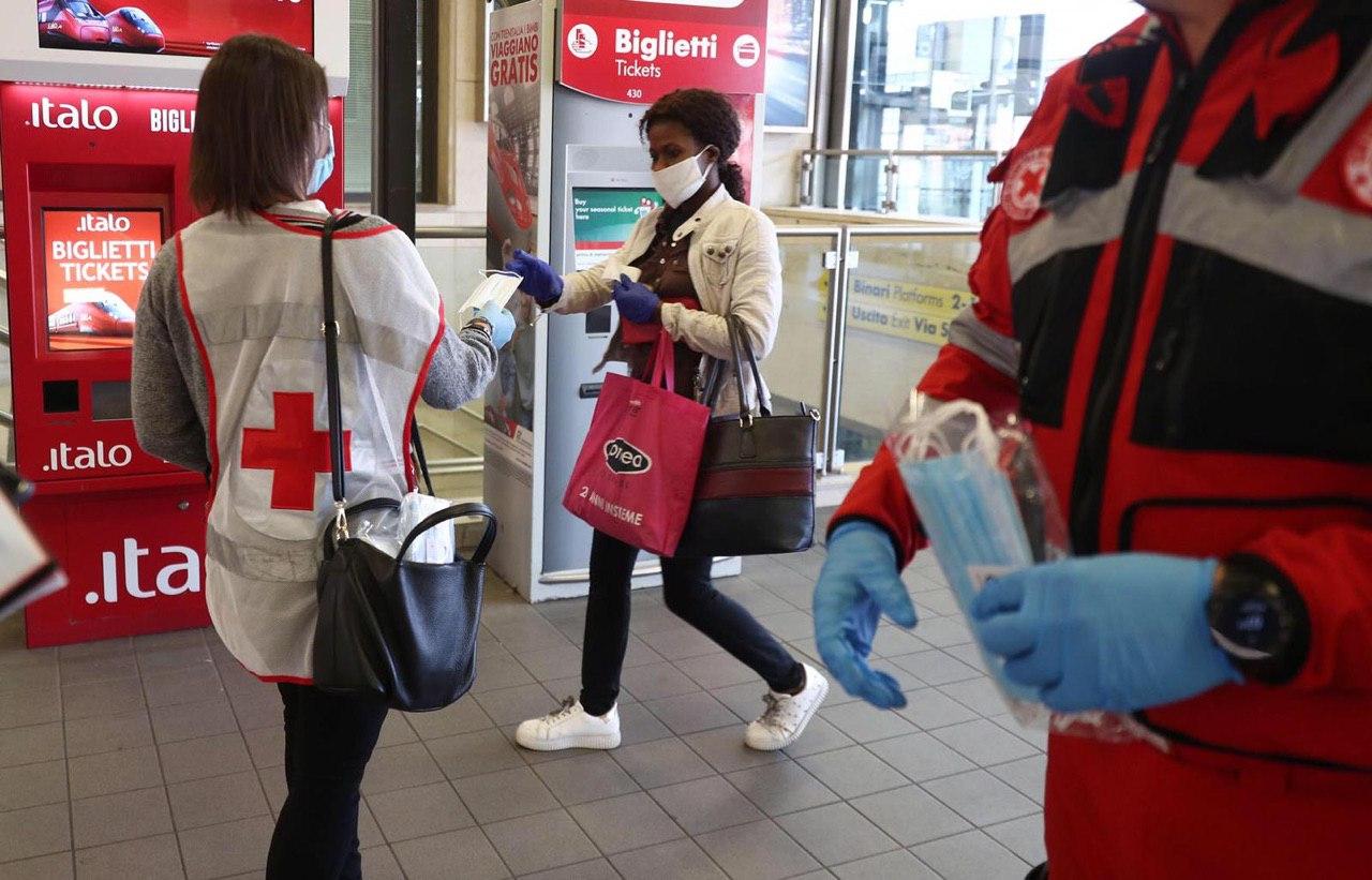 Croce rossa e protezione civile consegnano le mascherine in stazione