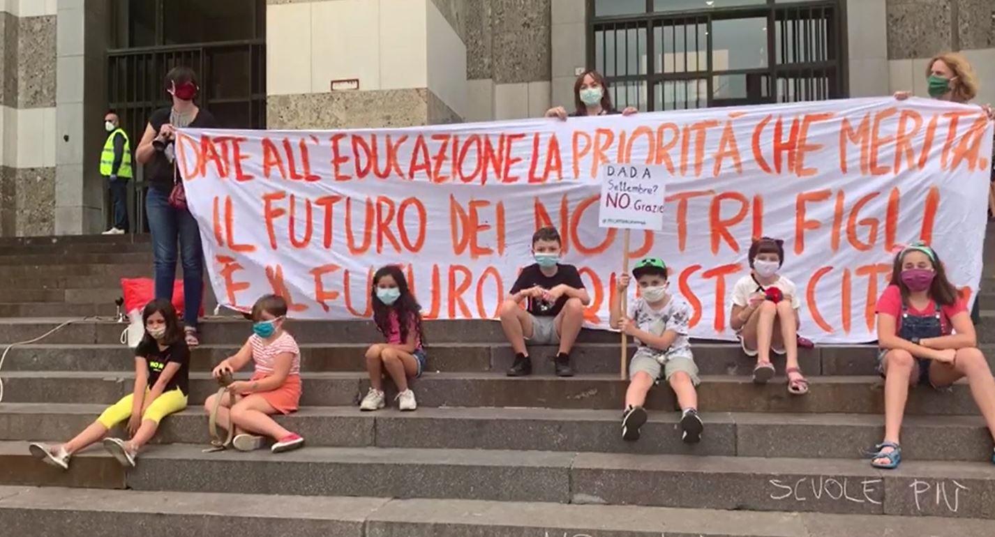 """La protesta in piazza Vittoria. """"Il calcio riparte e la scuola no, in che paese viviamo?"""""""