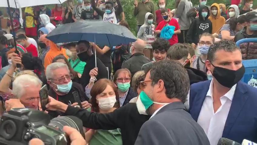 """Salvini, bagno di folla a Gardone Val Trompia. Senza alcun rispetto della distanza di sicurezza. I politici, evidentemente, """"possono"""". Chi lavora, no"""