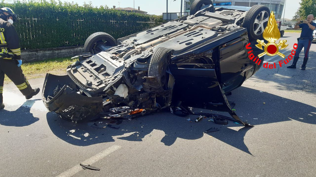 Violento ribaltamento a Calcinato: sull'auto una donna e un bambino