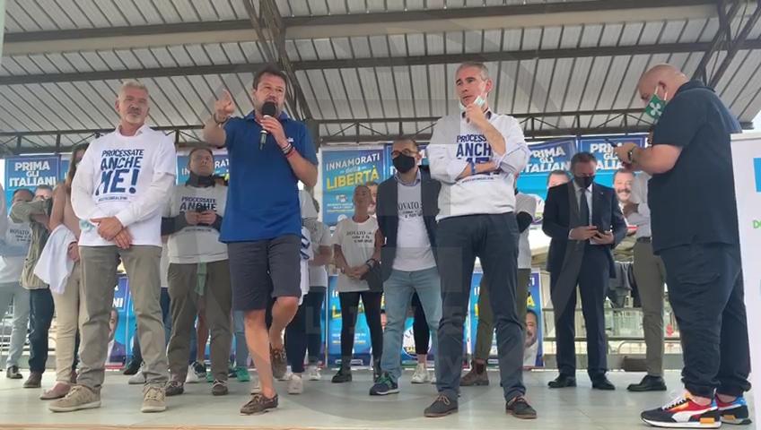 """Salvini al sostenitore, """"no, meglio un bicchiere di Franciacorta che farsi due canne"""""""