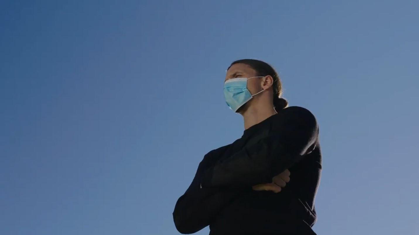 """Ibra scende in campo contro il covid: """"Tu non sei Zlatan, non sfidare il virus"""""""
