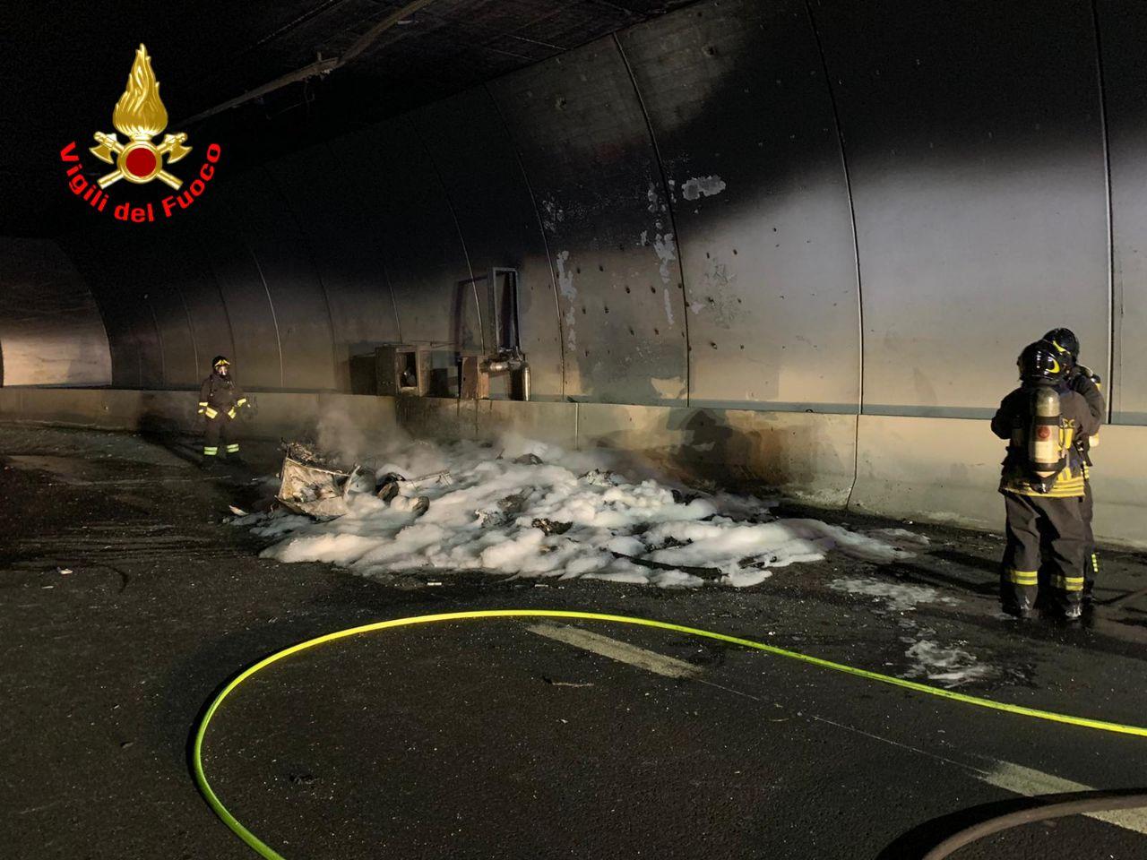 Roulotte in fiamme in galleria, chiusa la Statale 42