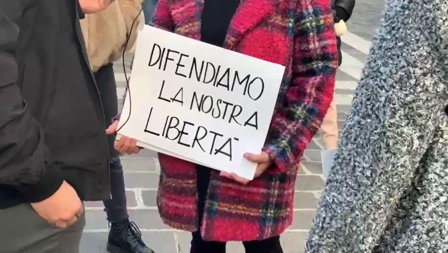 """""""Noi non ci stiamo"""" a Desenzano in piazza contro la chiusura di palestre, discoteche, centri estetici, bar…"""