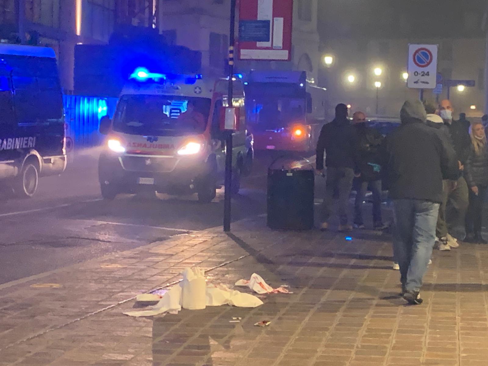 Manifestazione a Brescia, raccoglie una bomba carta lanciata sul marciapiede dove c'erano bambini e gli esplode in mano