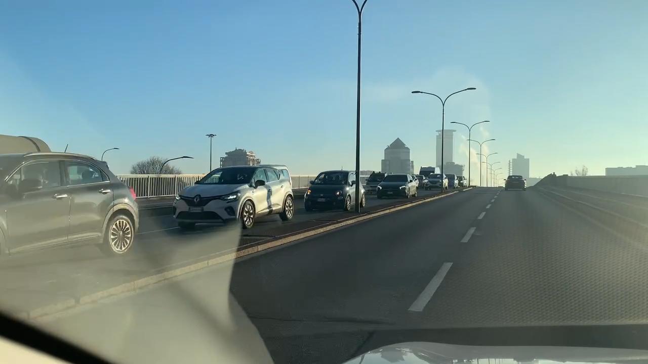 """Centro città """"sold out"""". Auto in coda da Bresciadue a piazza Vittoria"""