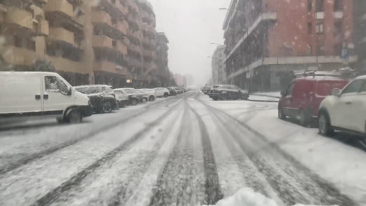 Intensa nevicata sulla città di prima mattina, situazione in miglioramento