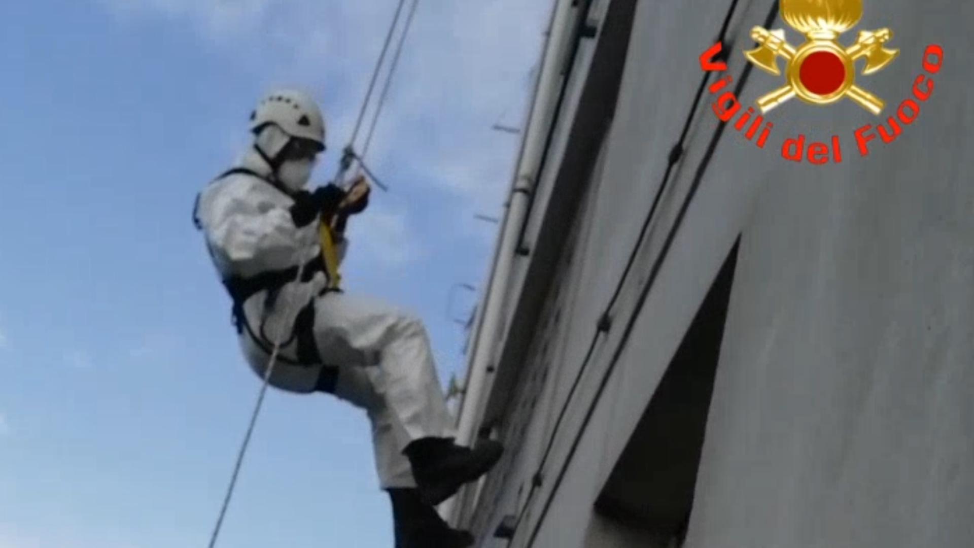 Per liberarla i Vigili del Fuoco si calano dal tetto