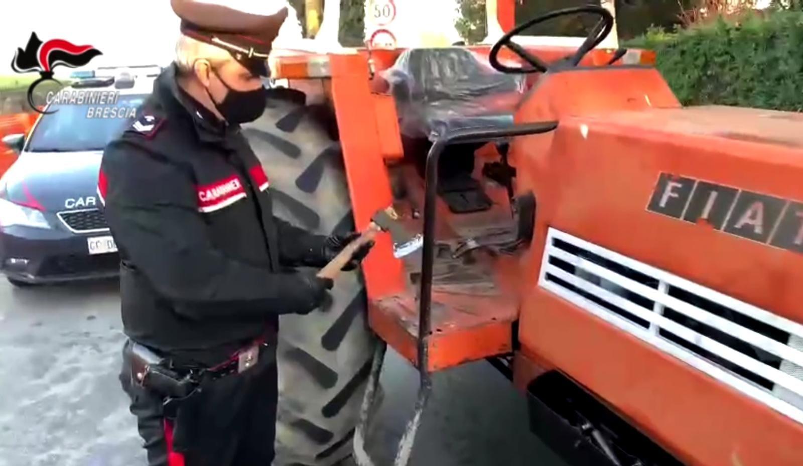 Affila l'ascia e parte col trattore per vendicarsi, voleva uccidere l'ex moglie