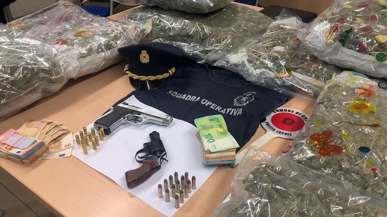 24 chili di marijuana, quasi 20mila euro e due pistole. Nei guai una coppia residente in via Fura