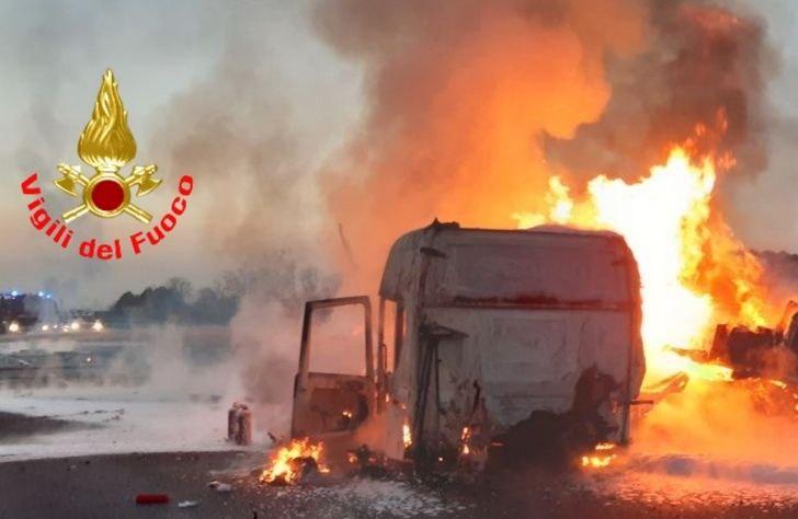 Tir prende fuoco in autostrada,  chiusa la A4 tra Brescia e Ospitaletto in entrambe le direzioni VIDEO
