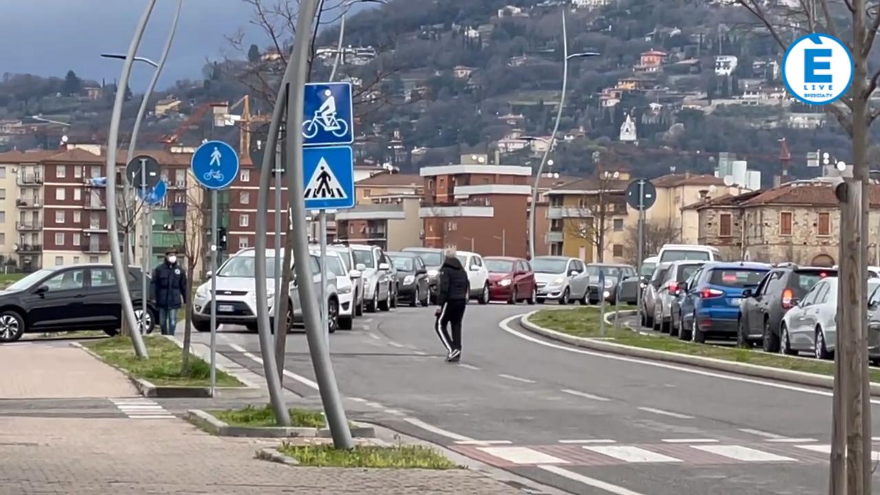 """Tamponi e vaccinazioni, il centro di via Morelli è """"full"""" . Alpini e Polizia Locale a dirigere l'afflusso"""