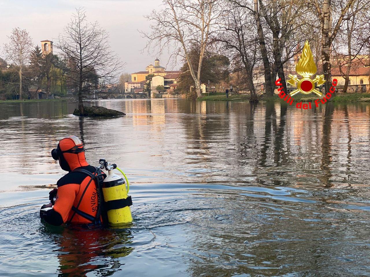 Elicottero e sommozzatori per cercare un'anziana dispersa nel fiume