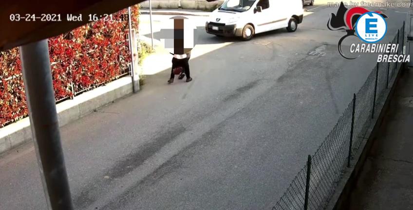 Gli attimi di terrore in cui la donna viene caricata sul furgone, il video del rapimento