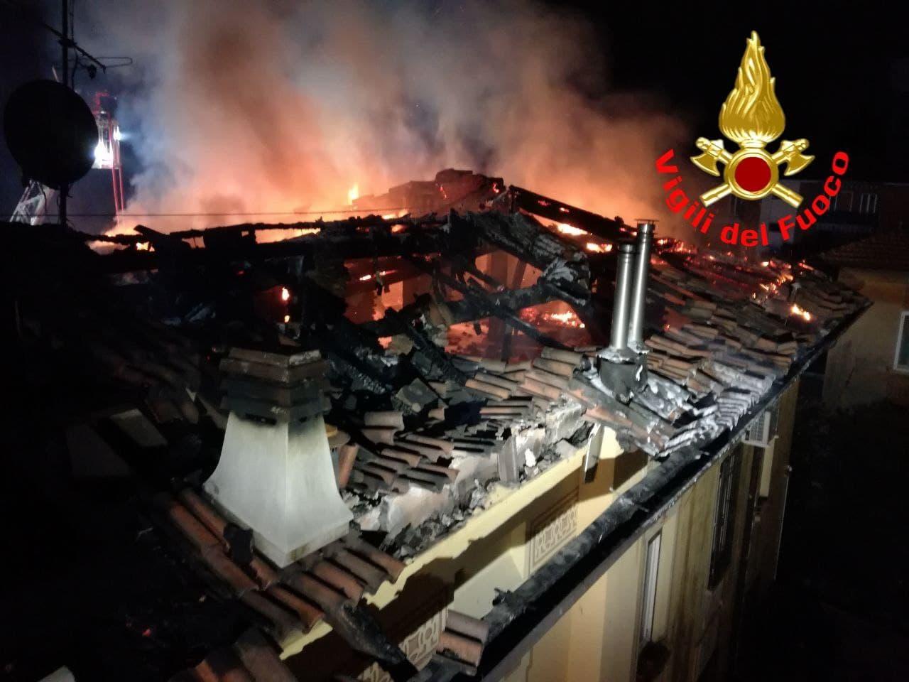 Tetto in fiamme al quartiere Leonessa di Brescia, 4 famiglie rimangono senza casa