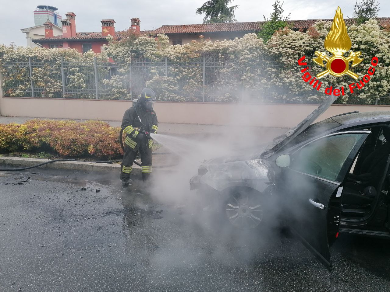 Auto in fiamme in via Lamarmora, tanto fumo ma nessun ferito
