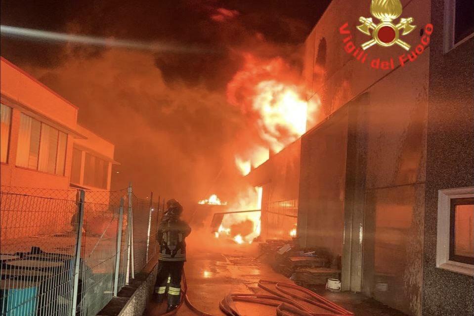 Incendio in un capannone a Carpenedolo, una notte di lotta contro le fiamme
