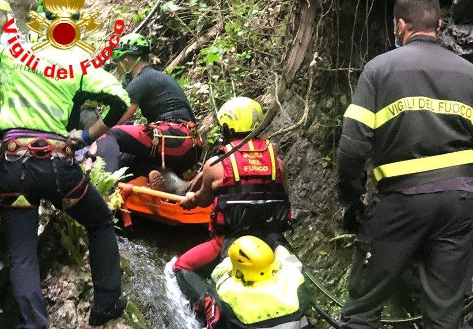 Travolto da un tronco finisce nel torrente, il salvataggio
